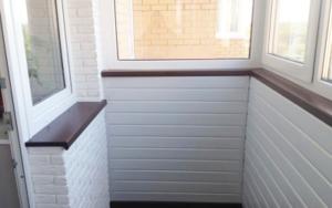 Подоконник на балконе коричневый