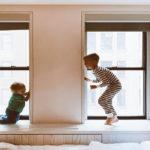 дети на окне
