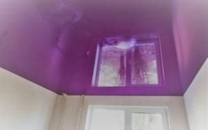 натяжной потолок сиреневый глянец