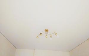 натяжной потолок белый матовый в спальне