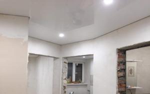 Натяжной потолок в коридоре глянец